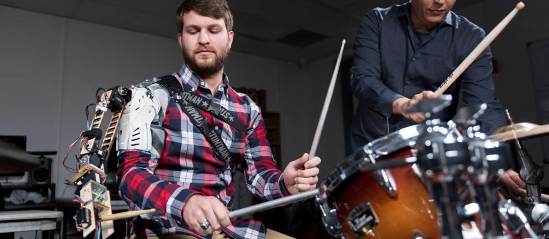 Perkusista z trzema rękami w improwizowanym solo
