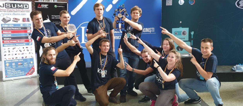 Melson i studenci Koła Naukowego Robotyki