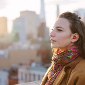 Słuchawka przetłumaczy języki na żywo