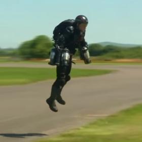 W 10 miesięcy zbudował strój do latania jak Iron Man