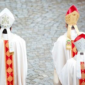 """""""Poznaj kościelną hierarchię i baw się"""". Katolicka gra karciana hitem internetu"""