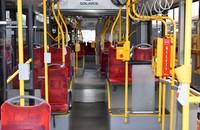 wnętrze autobusu komunikacji miejskiej w Warszawie