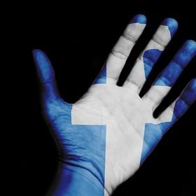ręką z logo Facebooka