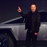 Elon Musk przy tesli Cybertruck