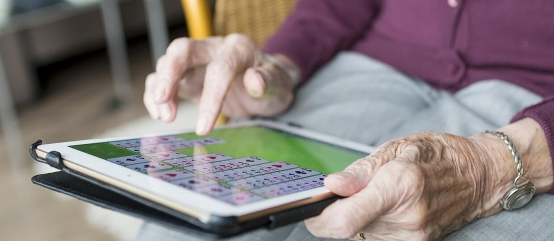 stary człowiek używa tableta