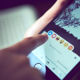 Nowe reakcje na Facebooku - samolot i płomień