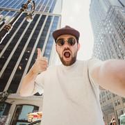 mężczyzna robiący selfie