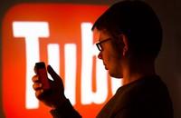 młody mężczyzna oglądający YouTube