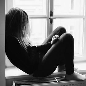nastolatka w oknie