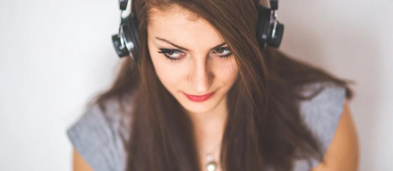 kobieta słuchająca muzyki w słuchawkach