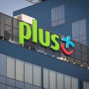 logo Plusa na budynku