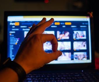 serwis Pornhub uruhomiony na laptopie