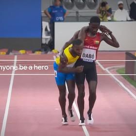 sportowiec pomagający biegaczowi
