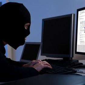 haker przez komputerem