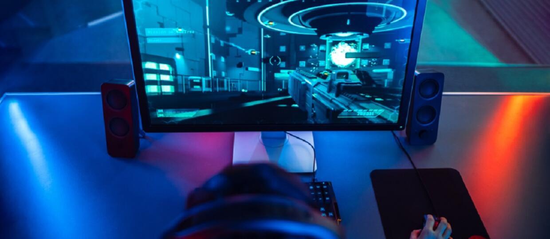 Gracz przed komputerem