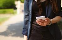 smartfon trzymany przez kobietę