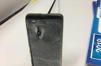 smartfon przebity strzałą