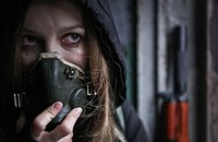 kobieta w masce przeciwgazowej