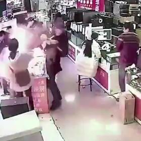 Ugryzł akumulator iPhone'a i wywołał wybuch