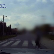 nastolatka z telefonem potrącona na przejściu