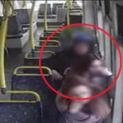 """""""Fryzjer"""" obcinał kobietom włosy w tramwajach"""